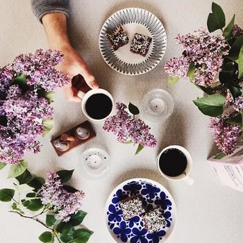 猫とともに心を惹かれるのが、食卓の風景。北欧ならではの可愛らしい食器が並びます。
