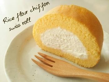 小麦粉で作ったものより口どけが良い米粉の薄焼きシフォン生地に、クリームをたっぷり。 米粉は使えば使うほどに嬉しいことがいっぱいですね!