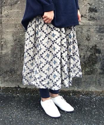 個性的な柄のスカート。シンプルなお洋服と合わせて。
