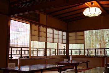 一日使う量だけ毎朝炊いてお出ししている小豆。十勝の大納言を使っています。わらびもちはわらび粉100パーセント。あんみつの葛は吉野葛。注文をうけてから作ります。お抹茶は柳桜園さんの「綾の森」。店内は京都らしい落ち着きのある和室です。