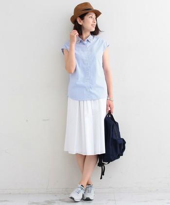半袖シャツに軽やかな素材感のスカートを合わせた上品なコーディネート。足元のスニーカーが全体を程よくカジュアルダウンしてくれて好印象。