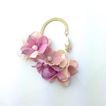 あじさいの花びらが重なったイヤーカフは、耳元を華やかにボリュームアップしてくれます。モーヴ系やスモーキーなピンクが、ピンクでもちょっぴり大人っぽい雰囲気を作ります。