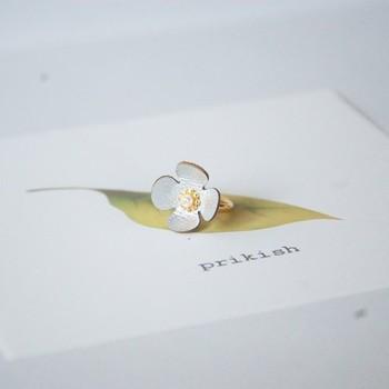 シルバーの革花のイヤーカフは、耳のどこでもつけられるタイプ。お花が前に開いているので、小ぶりながら目を引く華やかさがあります。