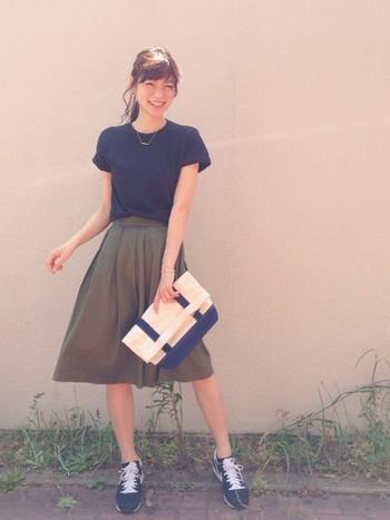 シックな色味のトップスとスカートを選べば大人ガーリーな着こなしに。甘くなり過ぎないところがポイント。