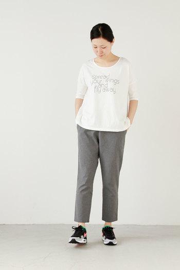 シンプルな白カットソー+グレースラックスのコーデに差し込めば少ないアイテム数でもグッと抜け感のある着こなしに。