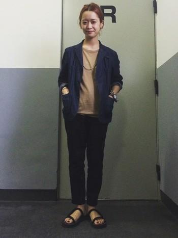 ほんのりマニッシュなジャケットスタイルに、程よく抜け感を演出してくれるmont-bellサンダル。あえてきちんとコーデに合わせるのもこなれテクニックです。