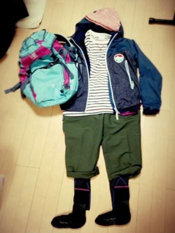 鮮やかな配色のバックパックが目を惹くアウトドアファッション!小物で色を取り入れる着こなしは、すぐにでも真似したいですね♪