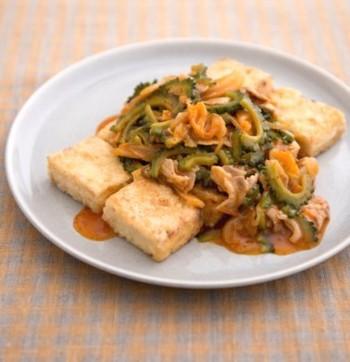 ■豆腐ステーキ/豚キムゴーヤあんかけ  豆腐ステーキのソースの具材としても活躍します! ほろ苦いゴーヤとピり辛のキムチとのコンビを楽しんでみて♪