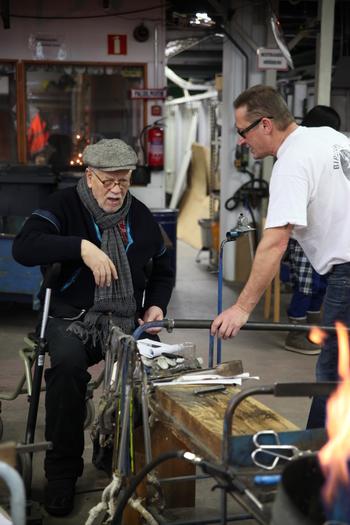 彼がこだわったのが、職人によるマウスブロー(手吹きガラス)です。高度な技術を要するこの作業は、フィンランドの老舗ガラス工場「ヌータヤルヴィ社」が手がけてきました。