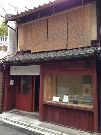名店がひしめきあう京都市役所前にある、素敵な佇まいの「まつは」は、町家を改装したカフェです。こちらは朝10時からの営業です。