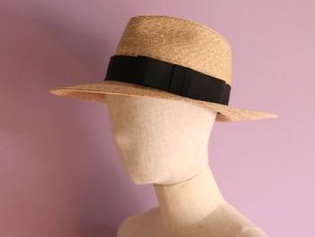 """形にこだわったツバが広めの中折れ帽。""""女性がかぶるとエレガントな影が顔におち、夏のスタイルを一層涼しげに仕上げてくれます""""とのことです。"""
