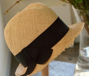 """""""ボーイッシュな形ですが、ラフィアがふんわりとした雰囲気なので、ワンピースなどの女性らしい服装に合わせても素敵"""" 素材感でも印象が変わる麦わら帽子。曹丕の気分に合わせて選ぶのも楽しみ方の一つですね。"""