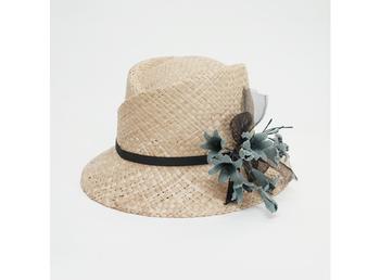 ちょっと変わった形の中折れ帽。品のいい麦わらの色ろ花の飾りがベストマッチ。フェミニンさがアップします。