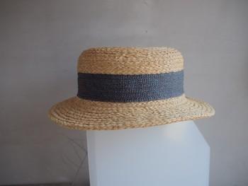 やわらかい形のカンカン帽。あおいラインが涼しさをプラスするポイントに。