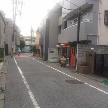 下北沢の駅前の喧騒を通り過ぎ、閑静な雰囲気の路地に入り、しばらく歩くと見えてきます。かわいいカップケーキ型の看板が目印♪