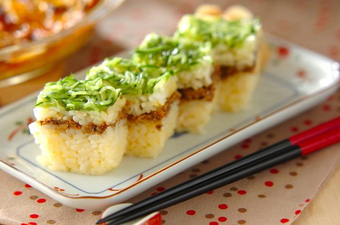 押し型がなくても作れる簡単押し寿司。汁気をとばしたサバ缶を挟み込んで、食べやすくしました。