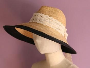 ツートーンカラーのクールさとレースの甘さが印象的な広ツバ中折れ帽。