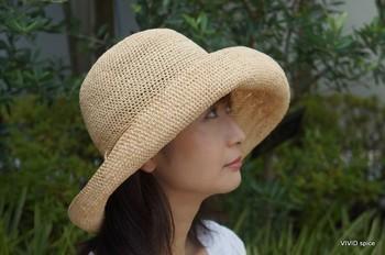 """""""マダガスカル産の最高級ラフィアを使用していることにより、編み上げた目の均一さ、 帽子表面のなめらかさにより上品な帽子に仕上がっています。"""" 丸めて収納もできる便利な広ツバ帽。旅行などにピッタリです。"""