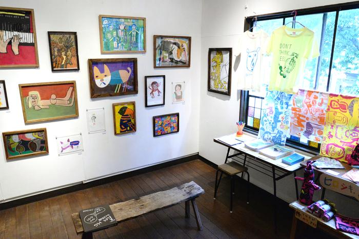 2Fのギャラリー。この日は障害福祉のNPOスウィングによる展覧会が開催