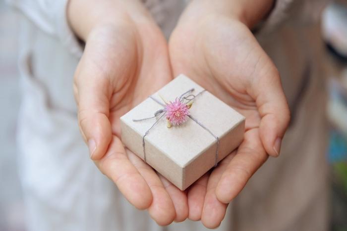 ラッピングに添えられるかわいらしい小さな花。実は谷内さんのご両親が育てたものだそう