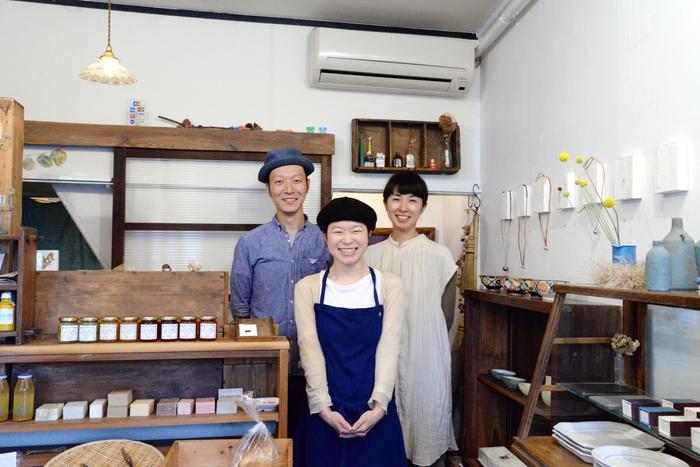 左から谷内さんと奥様。手前がいのはらしほさん。3人が集まればそこに笑顔が生まれます
