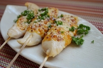 竹串にさしたささみを魚焼きグリルで焼きながら、はちみつとマスタードをあわせた味噌を塗るだけ!アクセントに粉チーズとパセリをふりかけて完成です。子供も大人も喜びそうです。
