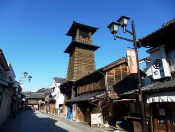 """川越一番街を中心とする旧市街地はグッドデザイン賞の1999年第1回「アーバンデザイン賞」を受賞しているんだそう!木造りの建物が立ち並ぶ光景は、どこか昔懐かしく、ついつい写真に収めたくなりますね。こちらに高くそびえるのは""""時の鐘""""今現在でも、決まった時間に鐘の音が聞こえるそうですよ!"""