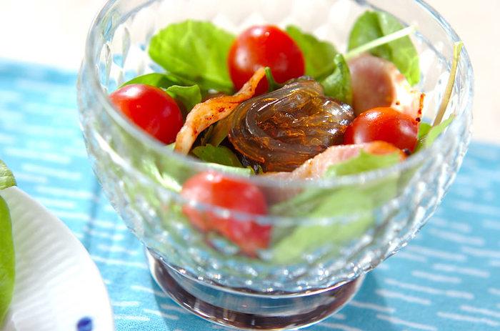 オリーブオイルとバルサミコ酢、ハチミツでところてんをおしゃれな洋風サラダにアレンジ。カリカリベーコンもはいってボリュームも満足ですね。