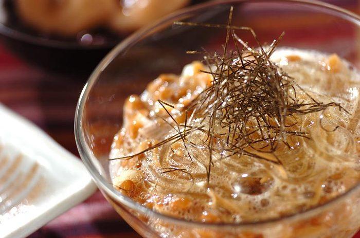 意外な組み合わせ、ところてんと納豆。ミョウガや瓶入りナメタケも入った、おつまみにも夜食にもなりそうな一品です。