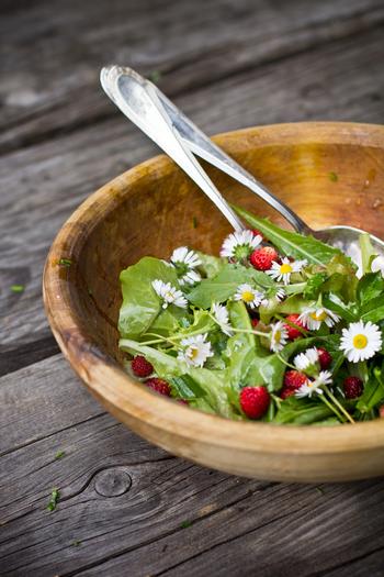 お花畑をそのままお皿に盛ったような素敵なサラダ♡