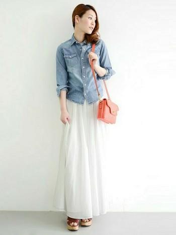 ロングタイプのホワイトスカートだと、落ち着いた大人の雰囲気に。淡い色味の小物を合わせれば、優しい雰囲気も加わります。