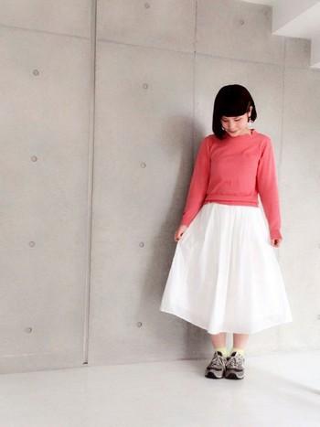 女性なら一度は挑戦してみたい、きれいなピンク色のトップス。キナリノ女子としては、スニーカーと合わせたいですね。