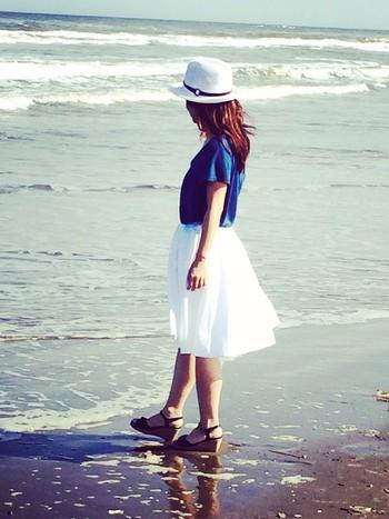 ホワイトスカートの最もシンプルな着こなし方が、Tシャツとのコーデです。中でも鉄板は、ブルーTシャツ。海にピッタリのさわやかスタイルが完成します♪