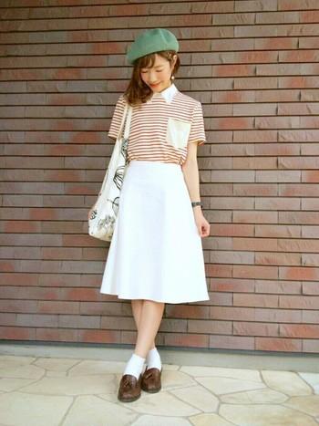 『きれい色ボーダー×ホワイトスカート』は、女子ならではのコーディネート。ボーダーですので、甘くなり過ぎないガーリーコーデが実現します。