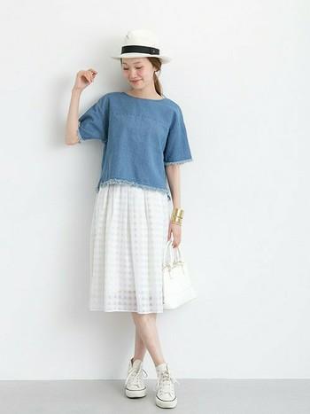 デザイン性のある『Tシャツ』と『ホワイトスカート』のコーディネート。甘くなりそうなコーデの場合、スニーカーで外すのも鉄則ですね。