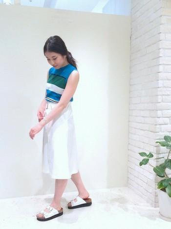 『ホワイトスカート』は、トップスの色味を引き立ててくれます。一目惚れして買ってしまった『きれい色』のトップス…コーディネートが難しければ、ホワイトスカートとの組み合わせをオススメします。
