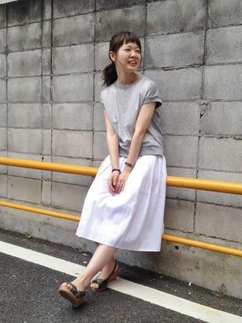 日常的に使えるTシャツコーデ。淡い色味の無地Tシャツは、ホワイトスカートのさわやかさを引き立ててくれます。シンプルなコーデは、カモフラサンダルなどでポイントを付けると◎
