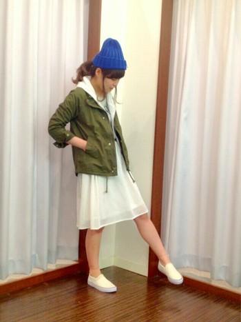オシャレなキナリノ女子の定番色となりつつある『カーキ色』。着こなしが難しいジャケットは、ホワイトスカートと合わせるとさわやかさアップ♡