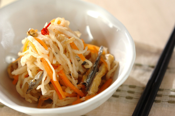 煮干しは、だしだけでなく、食材としてさまざまな料理に使うことができますす。こちらは、お惣菜の定番の切り干し大根の煮物に、煮干しを加えて旨みとカルシウムをプラスしたもの。