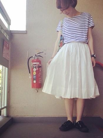 夏と言えばボーダー。さわやか女子を目指すなら、『ボーダー×ホワイトスカート』コーデは外せません。