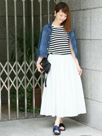 今年大流行のデニムアイテム。オールマイティなデニムジャケットは、もちろんホワイトスカートとも相性抜群です。