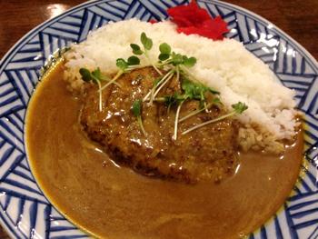 肉汁が溢れだすことで有名な、ハンバーグカレー。 これは、是非食べて欲しい逸品です!