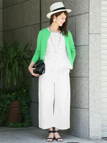 『ホワイトonホワイト』コーデに、きれい色のカーデを羽織って。グリーンだけでなく、淡いイエローカーデもオススメですよ◎