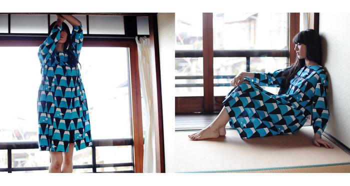 鮮やかなブルーのワンピース。こちらよくよく見ると富士山が潜んでいます。とってもユニークで可愛いですね。描かれるモチーフは、古来から日本人が愛しみのある富士山や錦鯉、カラス天狗、菊と蝶など。新たな角度、感覚からモダンにデザインしています。
