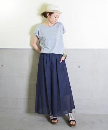 まるでスカートのようなワイドパンツ。透け感のあるフェミニンアイテムは、カジュアルできめるのがお洒落の鉄則。