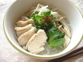 こちらのレシピはバジルや万能ねぎなど日本人でも食べやすいハーブで作ったやさしいフォー。 『フォー・ガブイヨン』はベトナム輸入食材店で購入可能ですが、チキンブイヨンでも十分美味しく作れる様ですよ♪