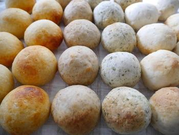 玄米のお粥に強力粉と塩を加えて作る玄米おかゆパン。 冷めてももっちり美味しいと評判で、人気急上昇中のパンです。