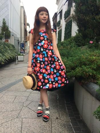 Freesia(フリージア)という名の黒地にカラフルなお花が咲いたワンピースは、ふんわりしたスカートが魅力的。
