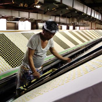 青衣のプリント生地は職人さんの手により、丹精込めて丁寧に。プリンターを使わず、手捺染という技法を採用して染色しています。