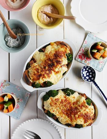フランスパンとたっぷりの野菜で作るブレッドグラタンです。コンソメ味の豆腐クリームをホワイトソース代わりに使います